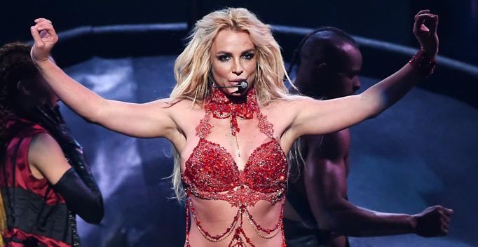 Britney Spears an den Billboard Awards 2016: Aufstehen, Krönchen richten, weitergehen. Ihre Karriere und Privatleben sind für viele schwule Männer inspirierend. (Bild: YouTube)