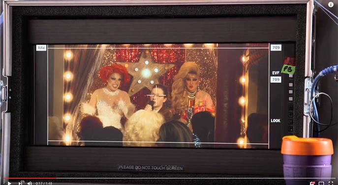 Auf der Suche nach Patsy und Edina landet Saffie im Schwulenclub. (Bild: YouTube)