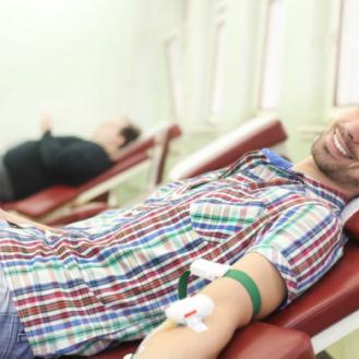 Schwule Männer sollen ab 2017 Blut spenden dürfen. Der Antrag muss von Swissmedic genehmigt werden. (Bild: GoodLifeStudio)