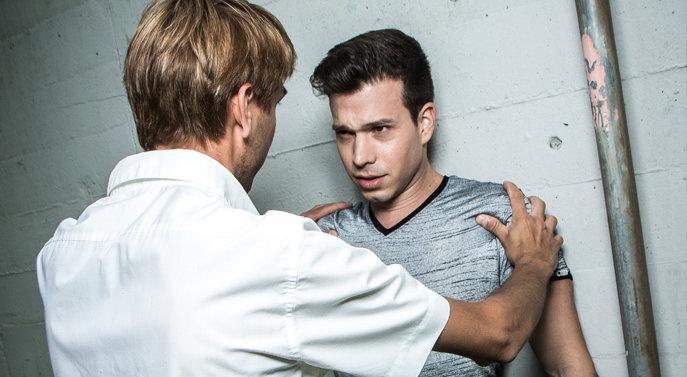 Ben (Marco Tornese) wohnt mit dem homophoben Alex (Uwe Peter) unter einem Dach. (Bild: Jennifer Hnyk)