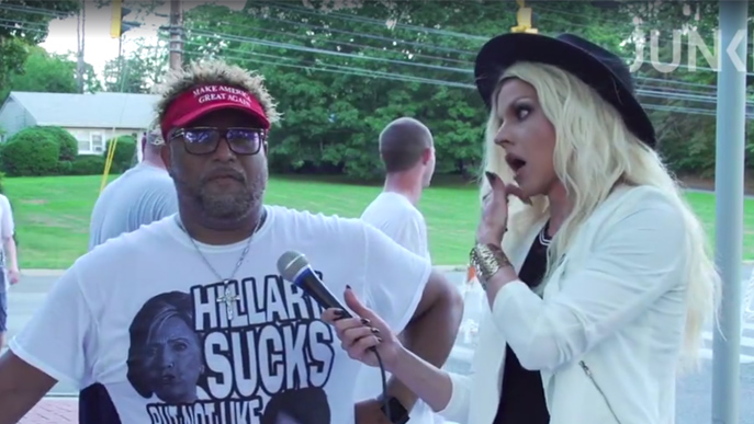 Courtney Act interviewt in Connecticut Trump-Wähler. (Bild: Screenshot)