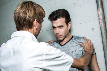 Immer wieder wird Ben (Marco Tornese, rechts) vom homophoben Alex (Uwe Peter) erniedrigt. (Bild: Jennifer Hnyk)