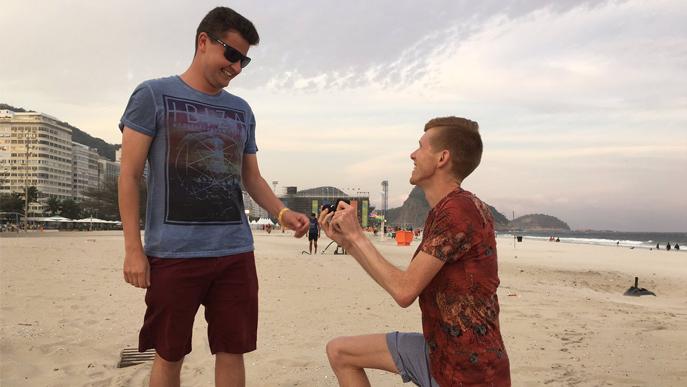 Heiratsantrag an der Copacabana: Der britische Geher Tom Bosworth geht vor seinem Freund auf die Knie. (Bild: Twitter)
