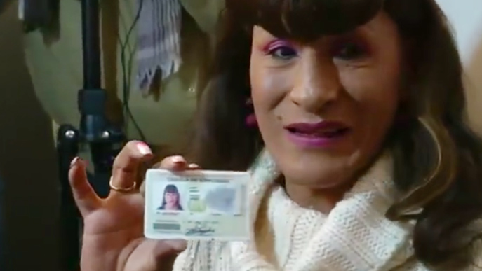 Überglücklich: Pamela Geraldine Valenzuela mit ihrer neuen Identitätskarte. (Bild: Reuters/Facebook)