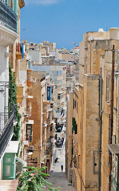 In den steilen Gassen der Altstadt Vallettas kommt man meistens nur zu Fuss ans Ziel.