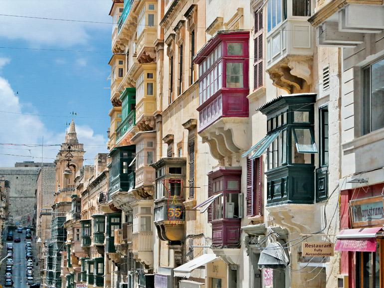 Bemalte Erkerbalkone aus Holz gehören seit jeher zum traditionellen Stadtbild von Valletta.