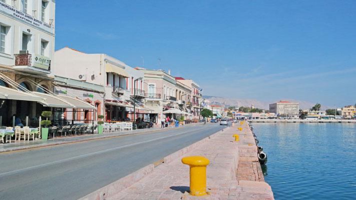 Entlang des Hafenbeckens von Chios Stadt findet man eine grosse Auswahl an Restaurants und Tavernen.