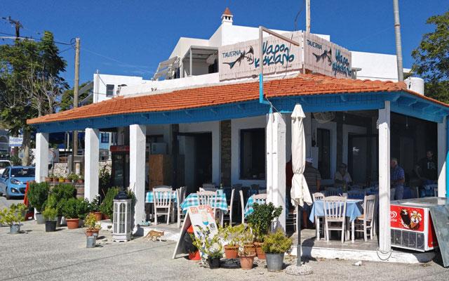 Psarokokalo Taverna, Agios Minas. Diese gemütliche Taverne liegt direkt an der Meerespromenade des kleinen Ferienorts Agia Minas, rund acht Kilometer südlich von Chios Stadt. Dieses familiengeführte Restaurant ist vor allem für seine authentisch zubereiteten griechischen Spezialitäten wie Moussaka, Souvlaki und Tzaziki bekannt. Darüber hinaus kommen hier Fische und Meeresfrüchte fangfrisch auf den Teller. In den warmen Sommermonaten werden auch ein paar Tische am Strand bedient. Wer gerne mit einer freien Sicht auf das ägäische Meer tafeln möchte, sollte sich jedoch frühzeitig einen Tisch am Strand reservieren.  – facebook.com/psarokokalo.chios