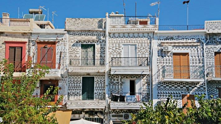 Das Städtchen Mesta ist für seine bemalten Fassaden bekannt, die mit geometrischen Formen dekoriert sind.