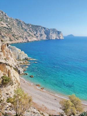 Der Kieselstrand von Vroulidia befindet sich zwischen steilen Klippen am südlichsten Punkt von Chios.