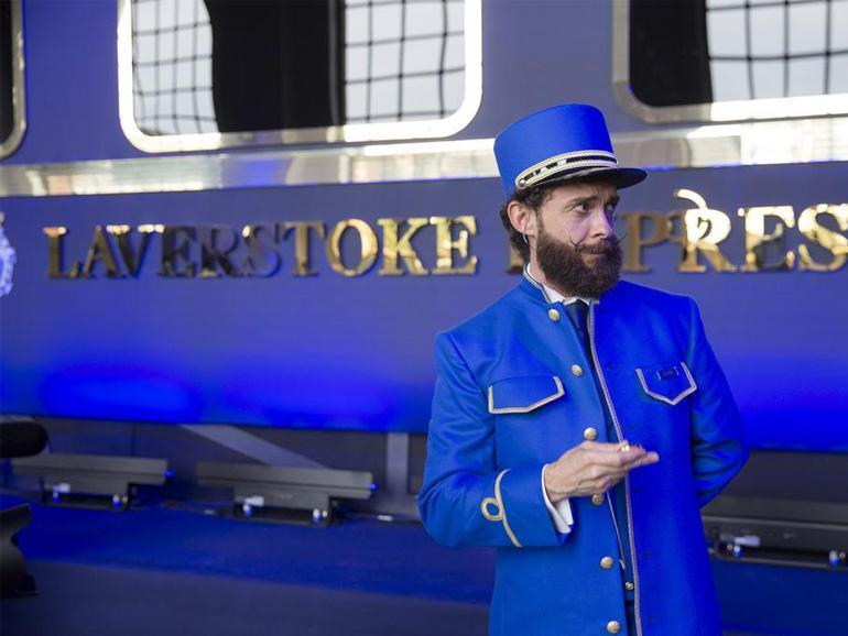 Der Zugführer bittet die Gäste an Bord. (Bild: Bombay Sapphire)