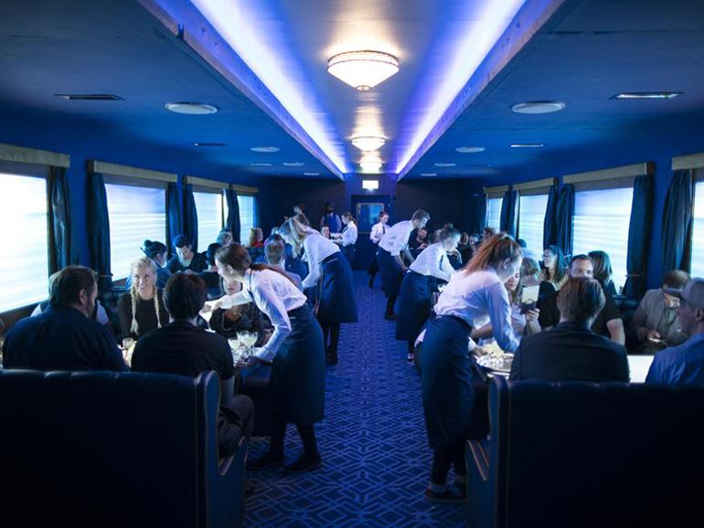 Ein ratternder Motor unter dem Fussboden und animierte Zugfenster nahmen die Gäste mit auf die virtuelle Zugfahrt nach Laverstoke. (Bild: Bombay Sapphire)