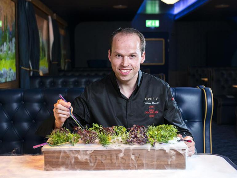 Zwei-Sterne-Koch Tristan Brandt zeichnete sich für das kulinarische Wohl der Zuggäste verantowrtliche, uner anderem auch für das Kleingarten-Mikrogemüse mit den Wacholderbeeren und dem Crème-Fraîche-Dip. (Bild: Bombay Sapphire)