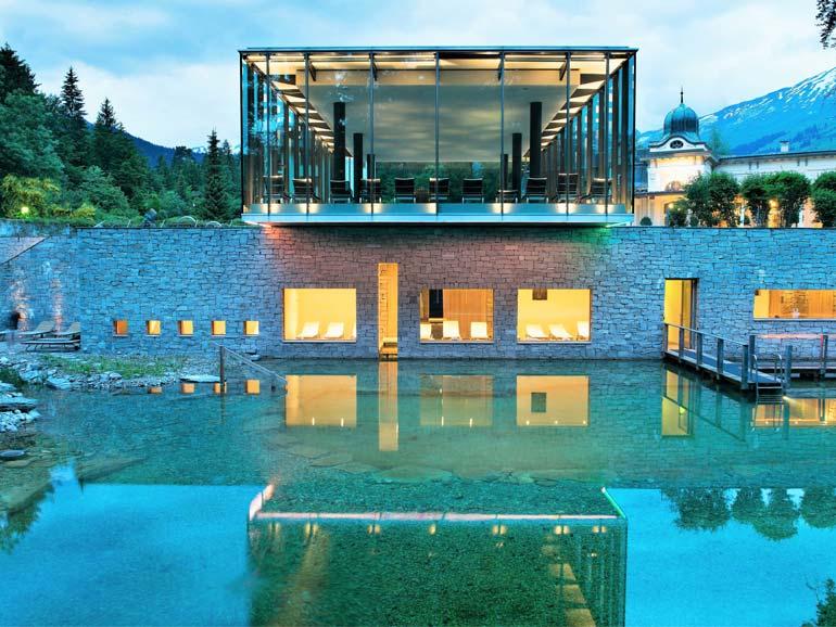 Fühle die sanfte Kraft der Natur im Schwimmteich mit weichem Flimser Bergquellwasser und Bachlauf.
