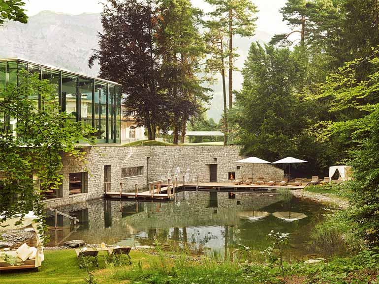 Die Liegewiese bietet Platz zur ausgiebigen Entspannung unter freiem Himmel.